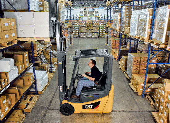 Cat 3 wheel pneumatic tire forklift unloading pallet