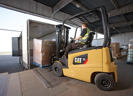 Cat EP25N moving pallet