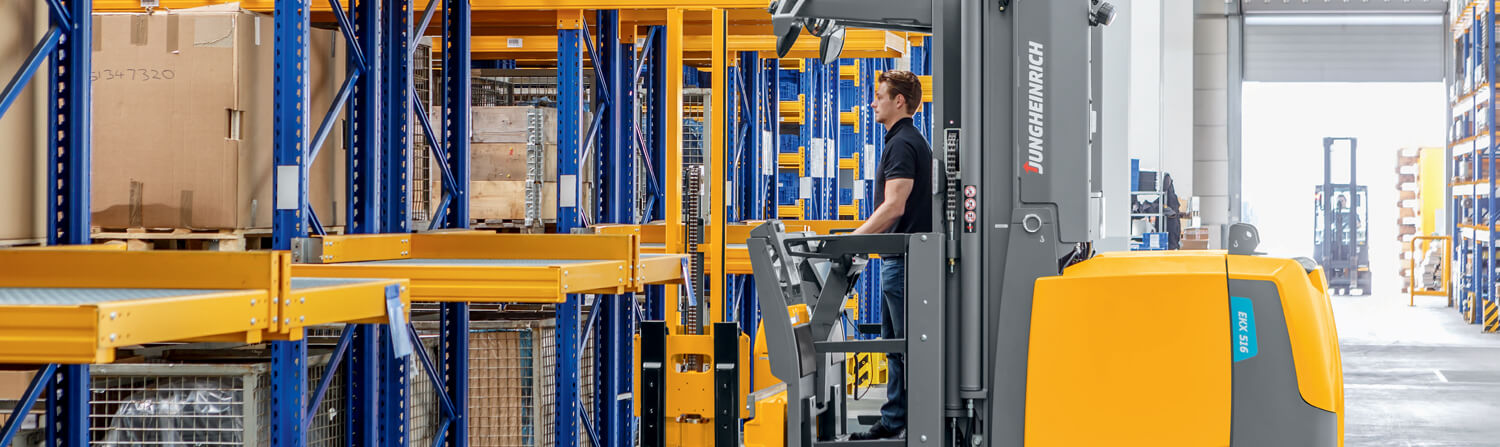 Jungheinrich lift truck and people in warehouse