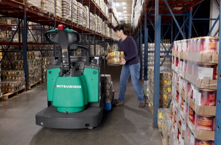 Loading boxes on a Mitsubishi forklift truck